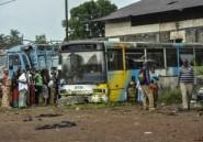 Dans la banlieue de Conakry en Guinée, on vote dans un bus à l'abandon