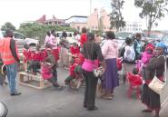 Au Kenya, des élèves bloquent les rues avec leurs bureaux et leurs chaises