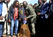 """Liberia: le président Weah """"offre"""" son numéro de maillot au nouvel hôpital militaire"""