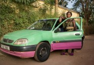 Au Burkina, Biba, l'unique femme chauffeur de taxi