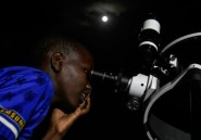 """Le spectacle de la """"lune rouge"""" ravit de jeunes Kényans"""