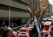 """De retour en Afrique du Sud, Miss Univers """"inspire"""" les jeunes Noires"""