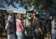 """En Afrique du Sud confinée, """"c'est la guerre"""" pour se nourrir dans les banlieues pauvres"""